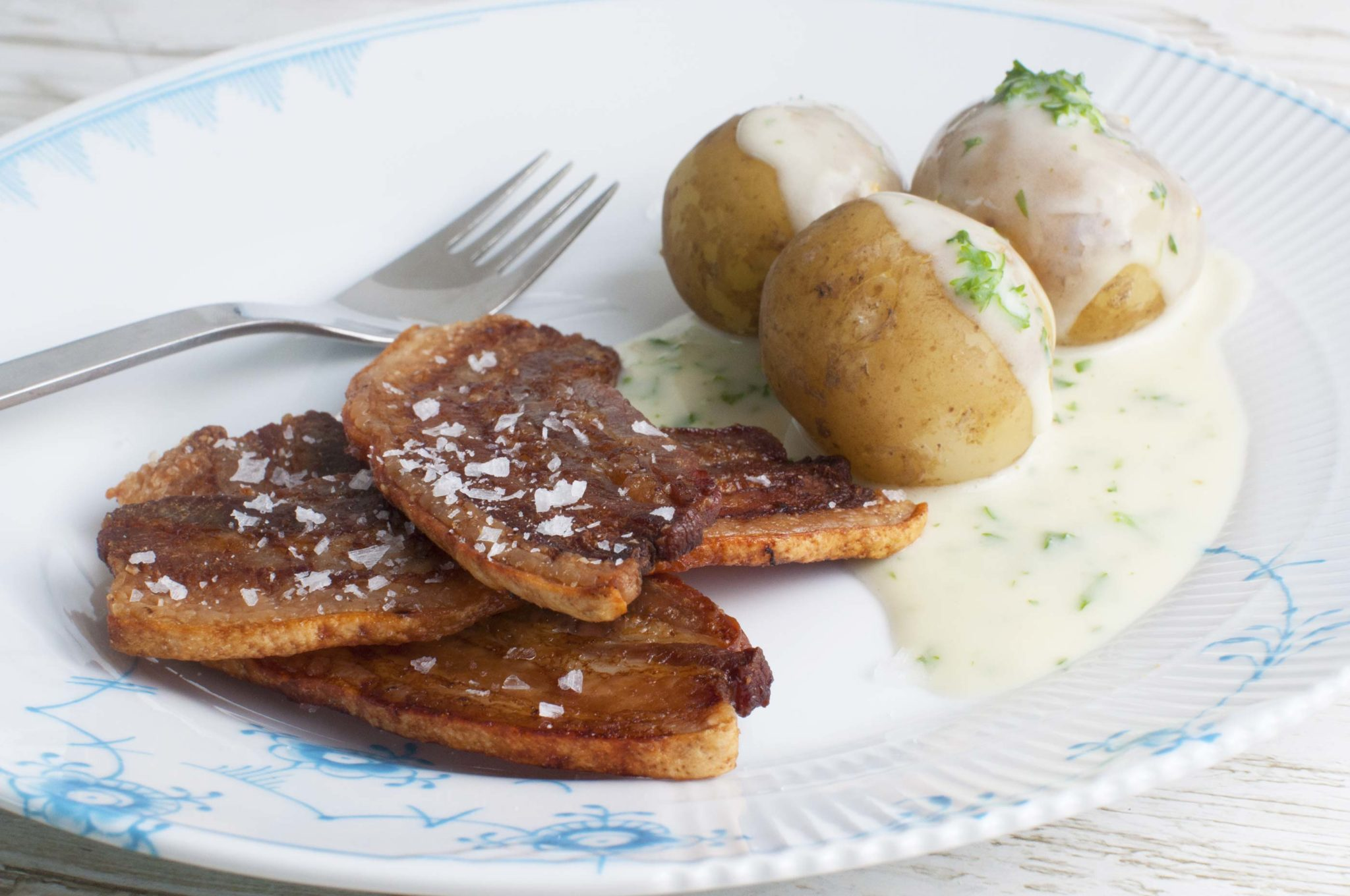 Stegt flæsk med persillesovs i ovnen - den helt klassiske opskrift