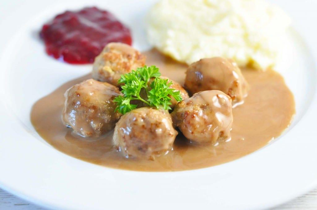 Kødboller a la IKEA med kartoffelmos og tyttebær