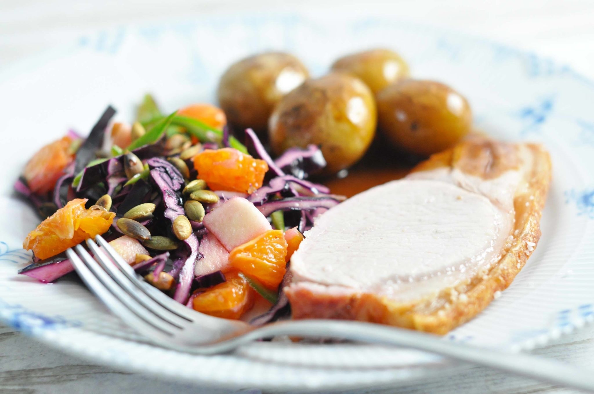 Grillstegt Flæskesteg Med Rødkålsalat Kartofler Og Skysauce