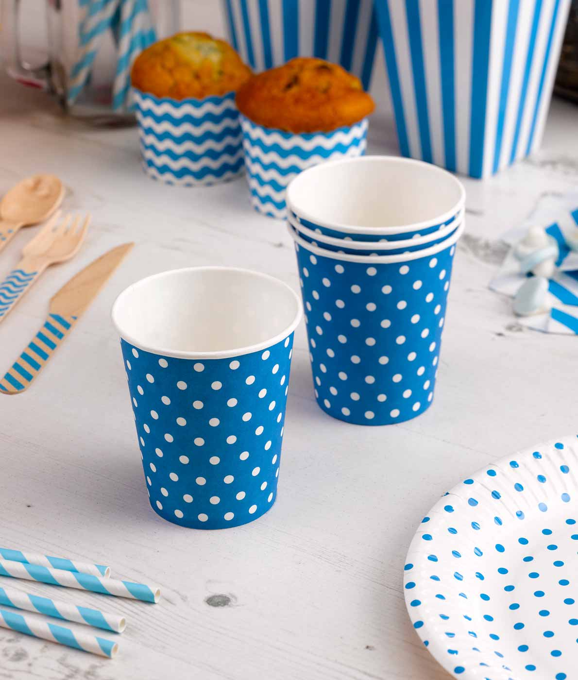 Flotte-blaa-kopper-med-hvide-prikker-til-fest-og-foedselsdag
