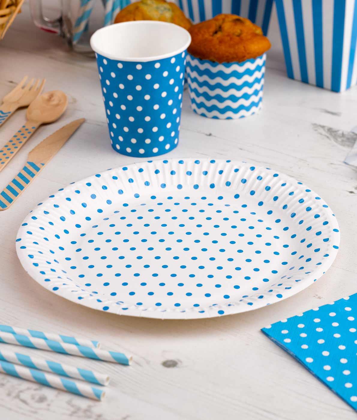 Hvide-tallerkener-med-blaa-prikker