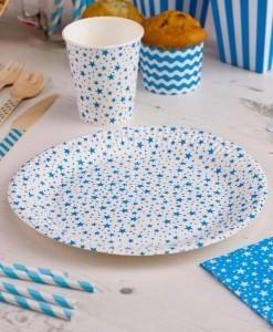 Hvide-tallerkener-med-blaa-stjerner-der-er-perfekte-tallerkener-til-foedselsdagen