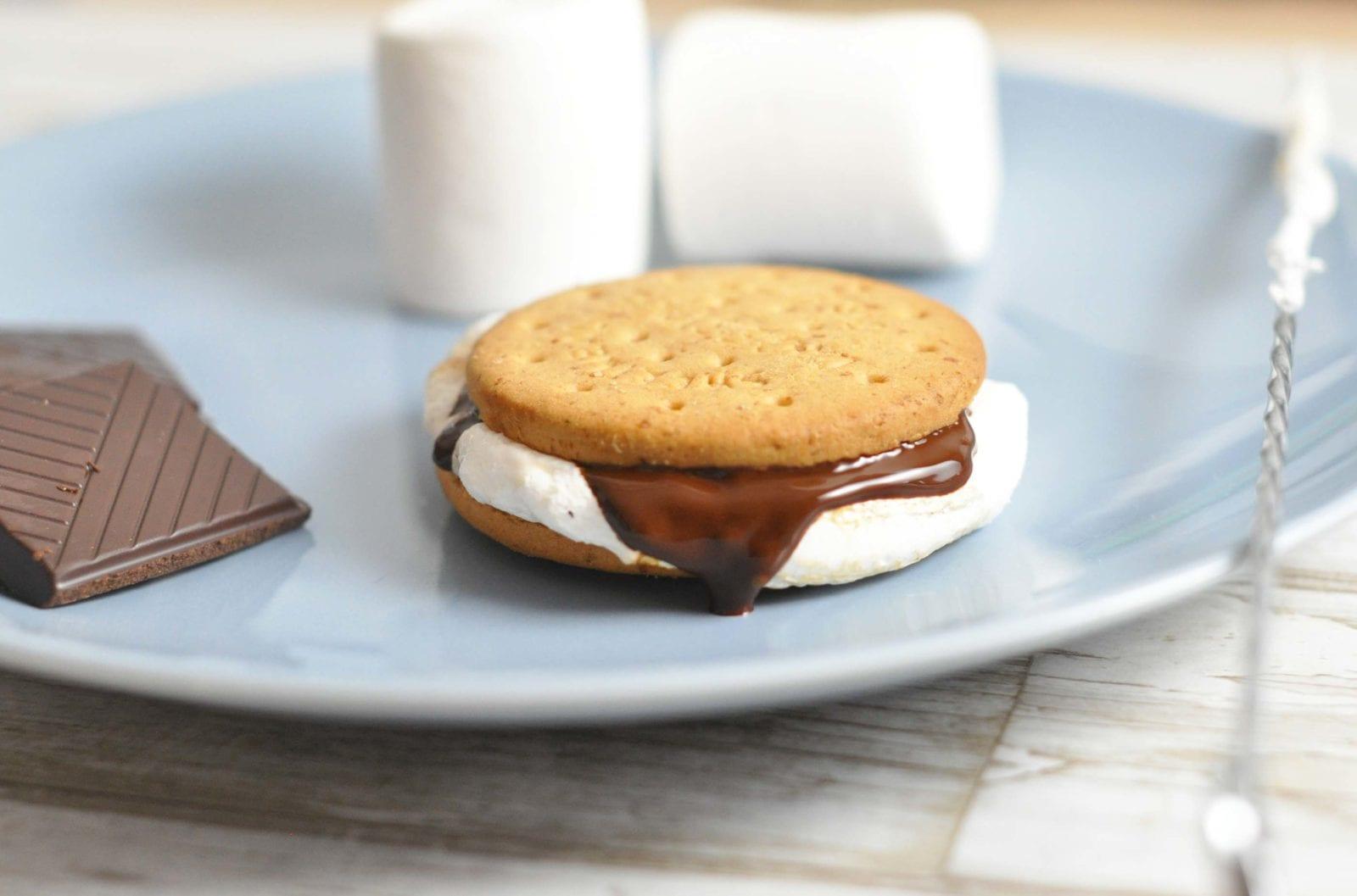 S'mores - grillede skumfiduser med kiks og chokolade