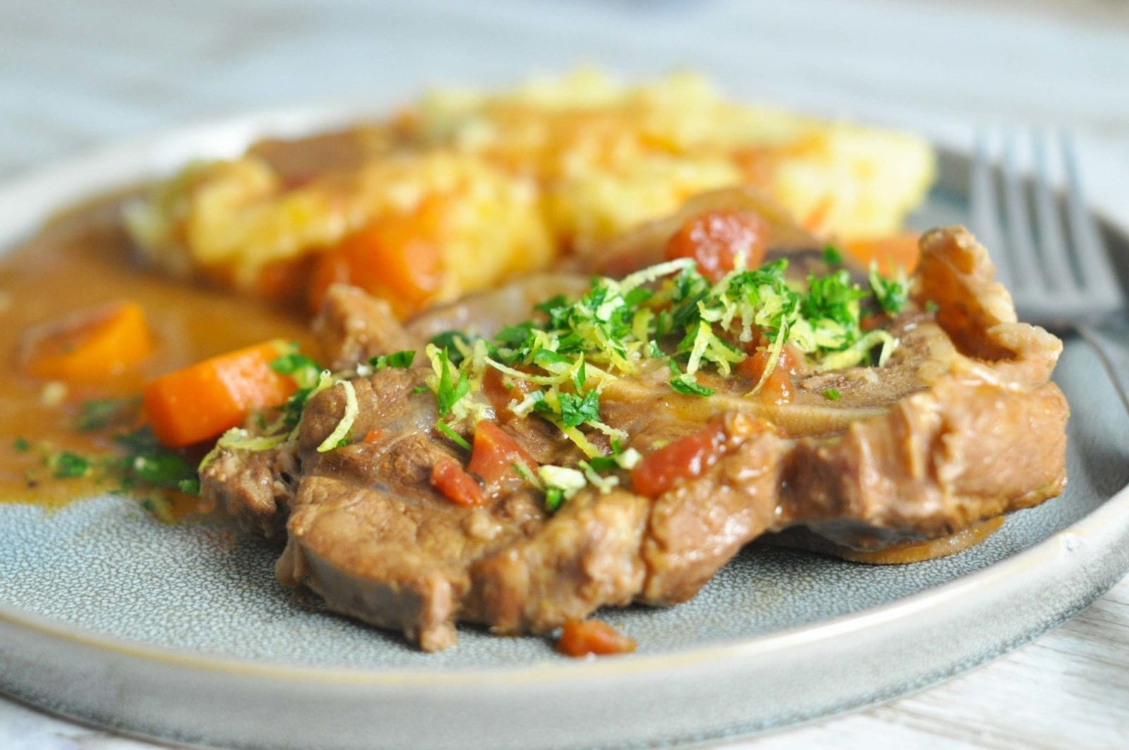 Ossobuco med gulerødder og gremolata - serveret med mos