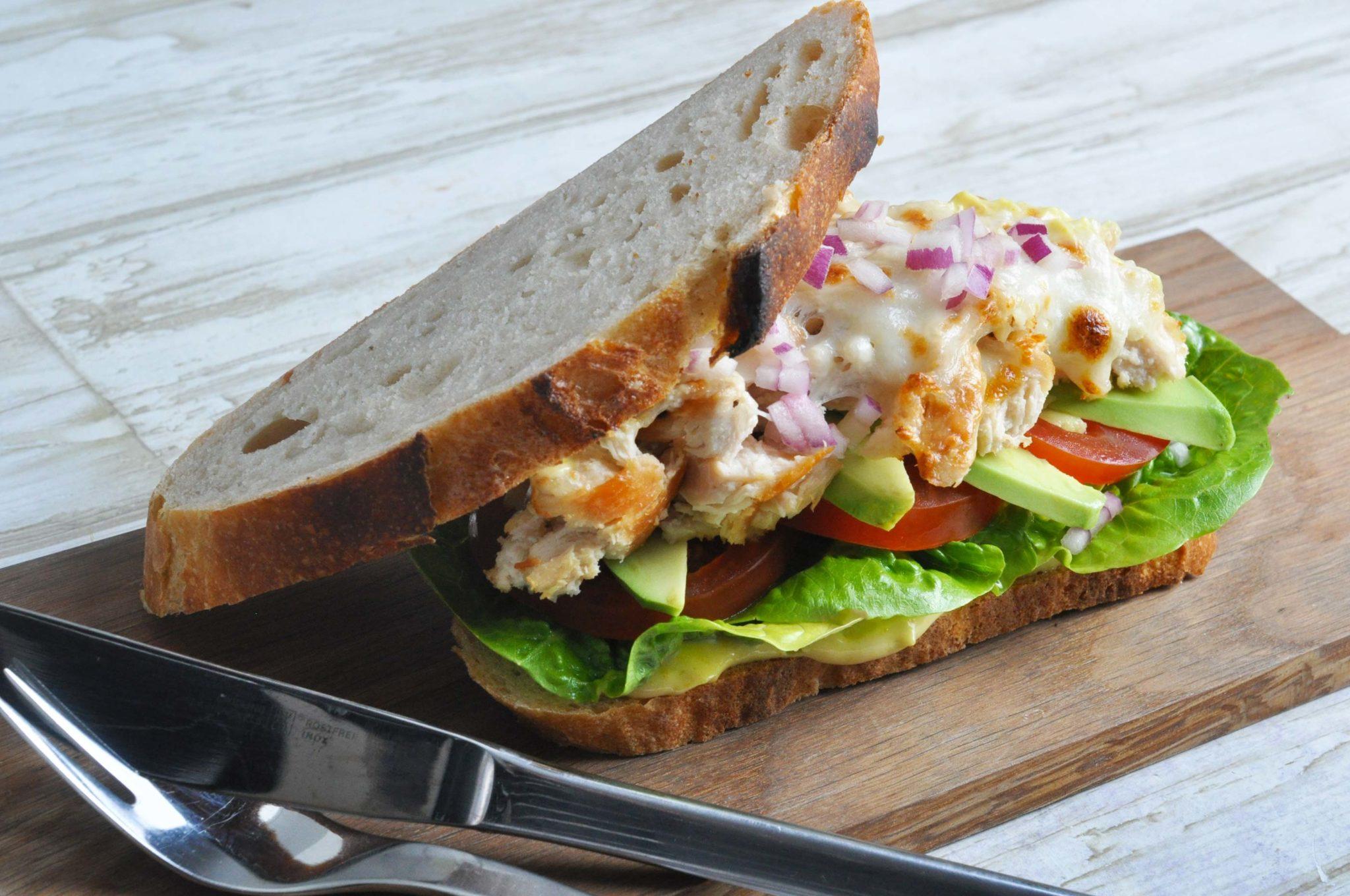 Vanedannende grillede kyllingesandwich med grønt og karrymayo