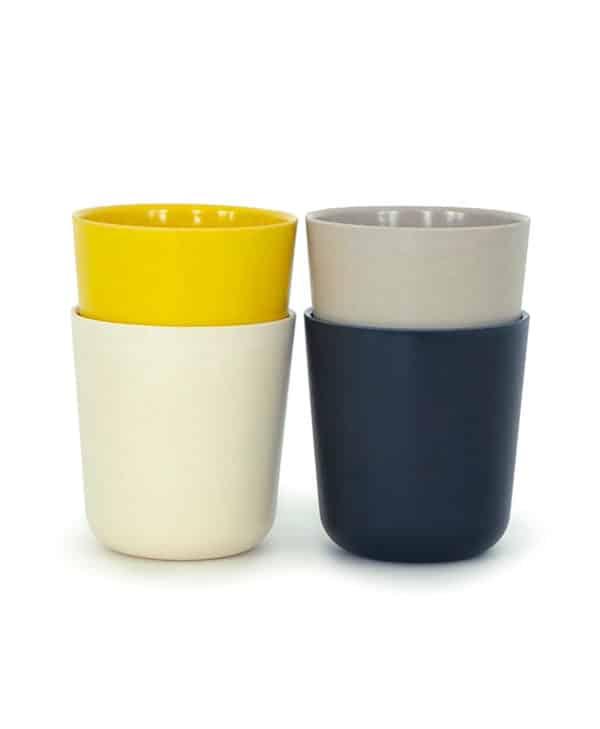 Gusto-seat-med-fire-kopper-i-sort-hvid-graa-og-gul