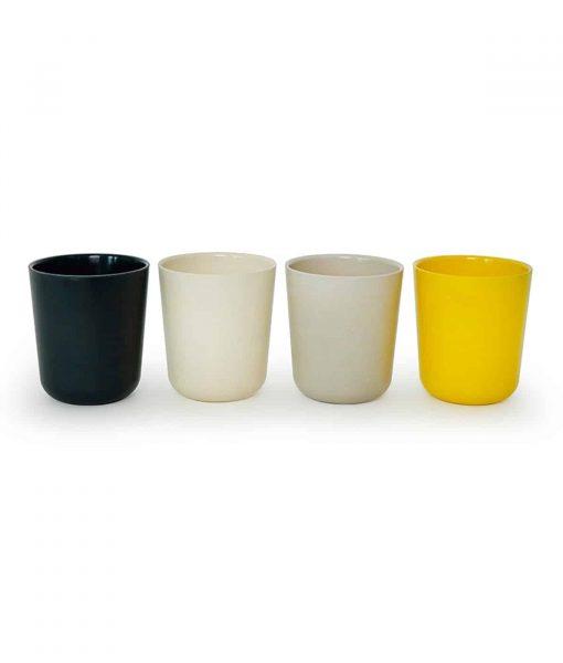 Gusto-seat-med-kopper-i-farverne-sort-hvid-gul-og-graa