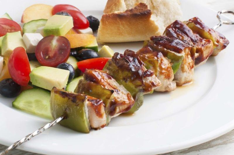 Grillspyd med barbecuegris og god salat