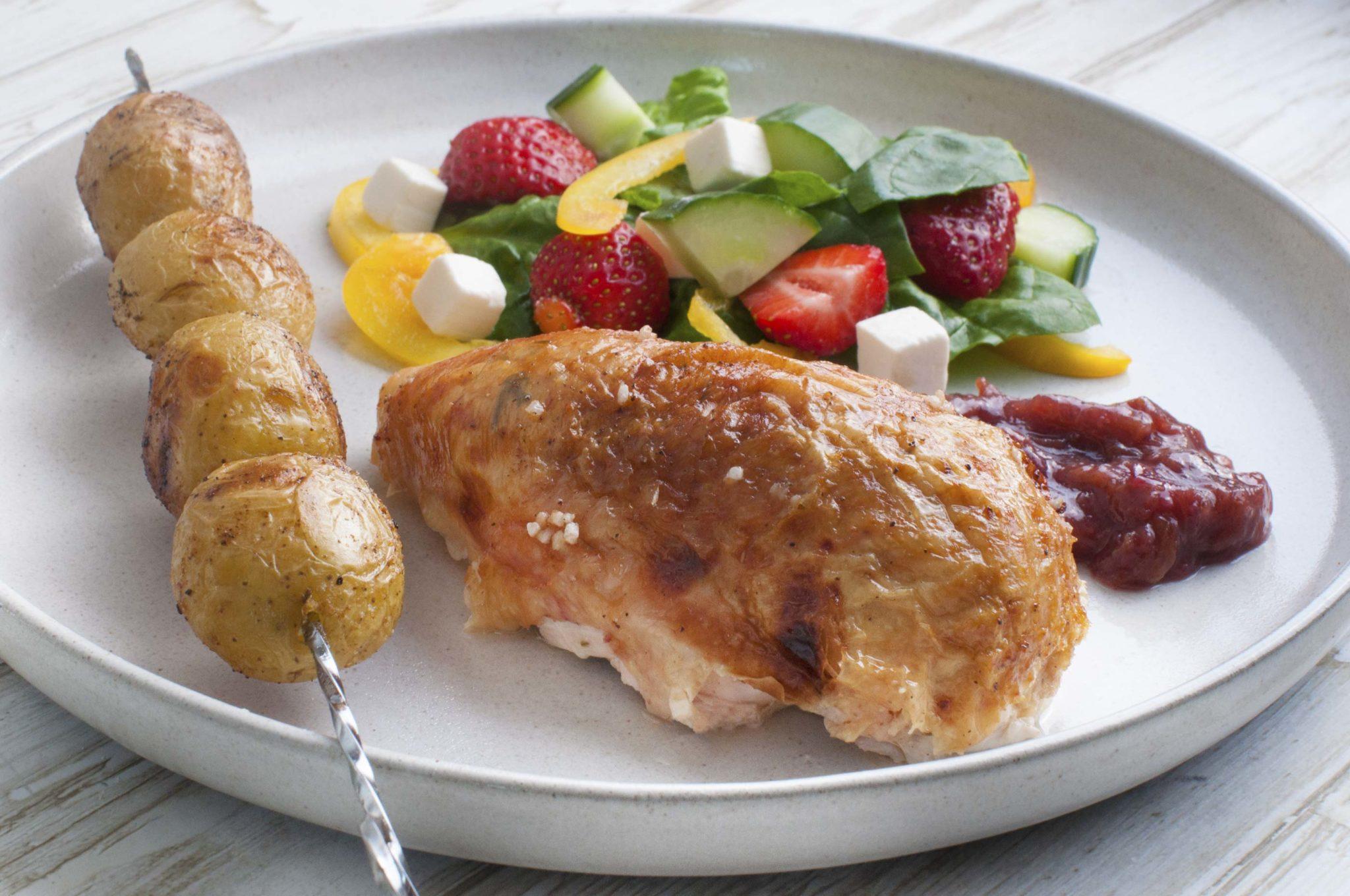 Helstegt Kylling Med Rabarberkompot Og Grillede Kartofler