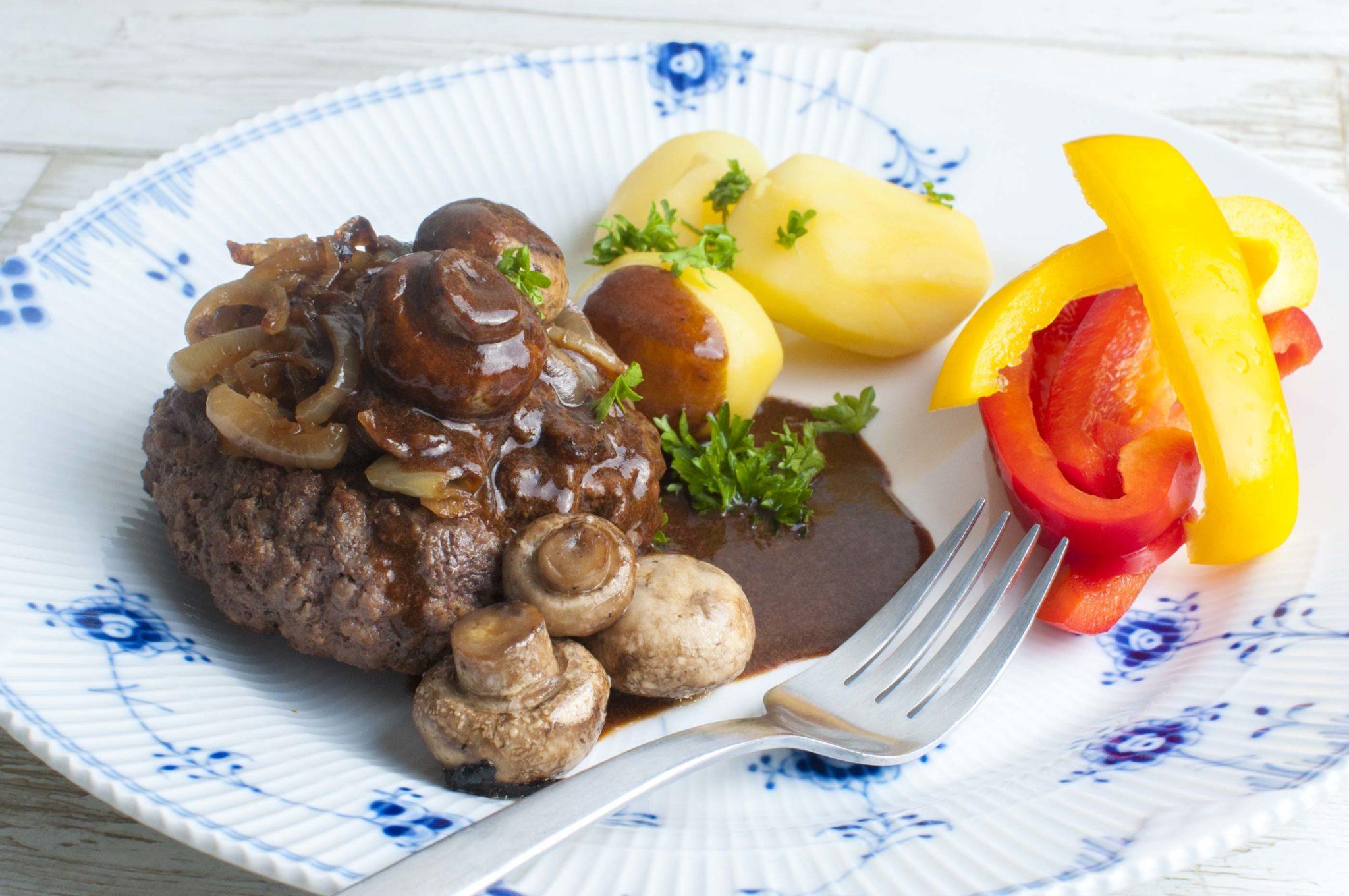 Hakkebøf med bløde løg, brun sovs og kartofler - en klassiker!