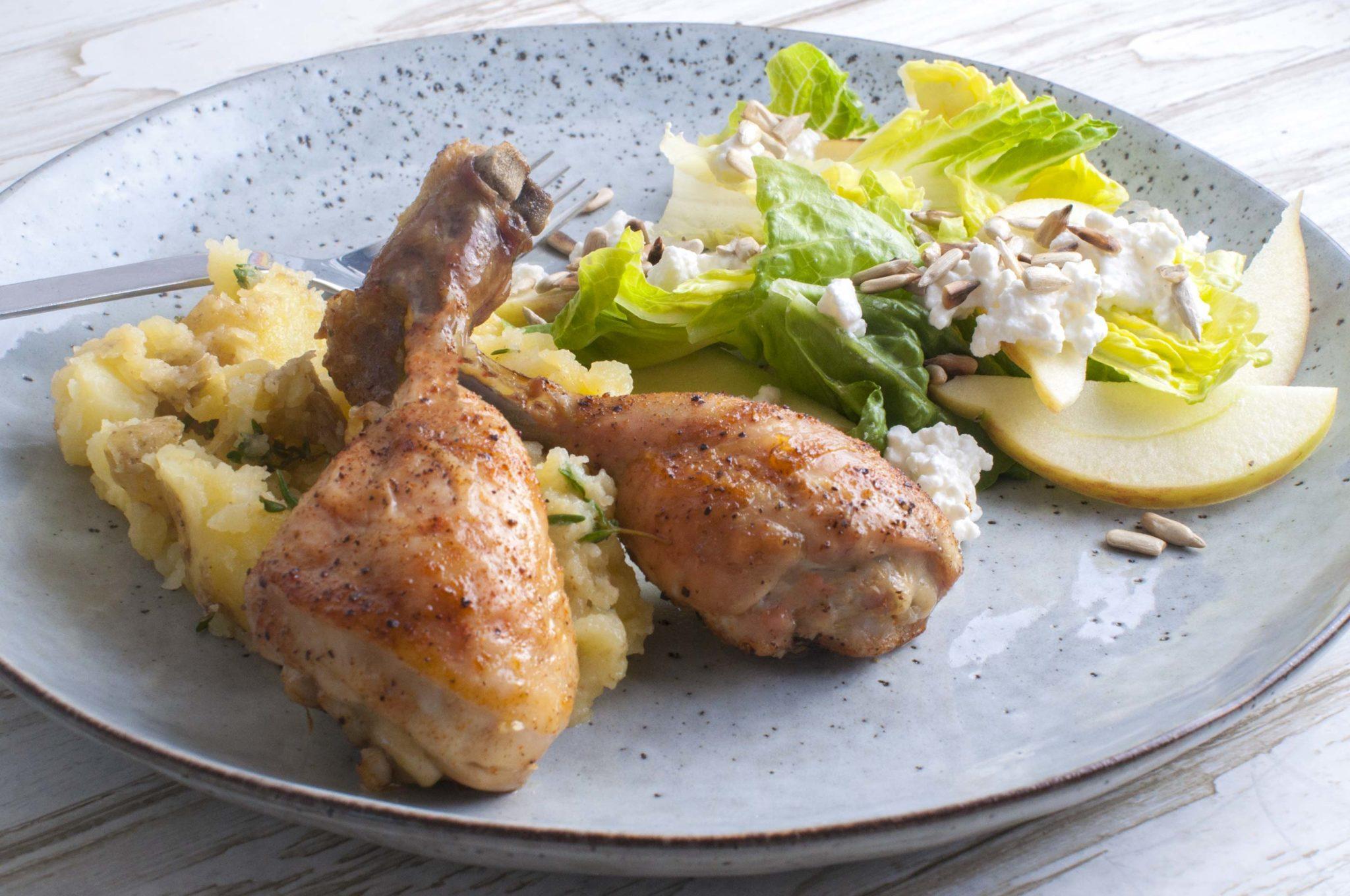 Kyllingelår med knuste kartofler - og salat med hytteost, æbler og kerner