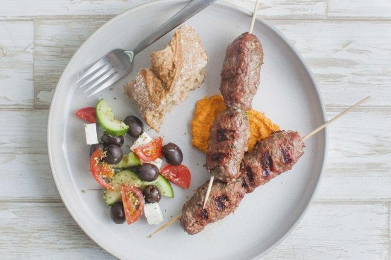 Oksekebab med humus og græsk salat