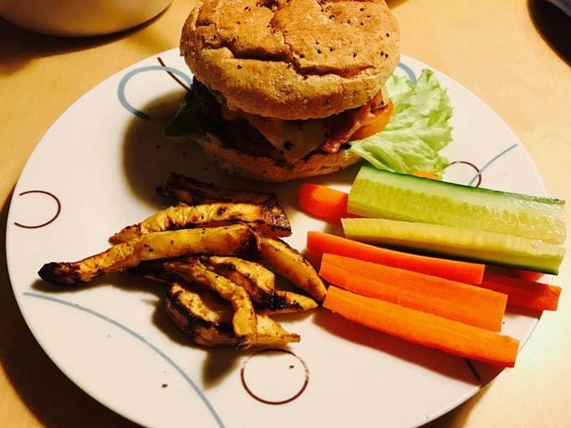 Burgere med chutney og sellerifritter