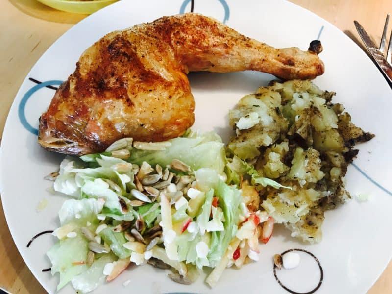 Kyllingelår med knuste kartofler og salat