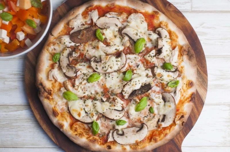 Pizza med kylling og portobellosvampe
