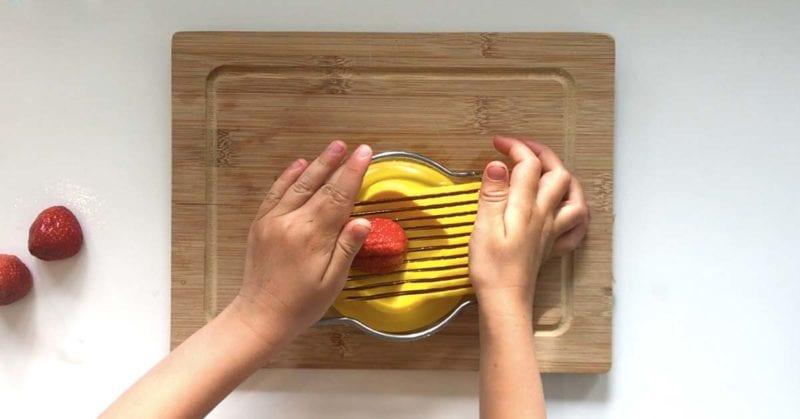 Sådan kan børn hjælpe til i køkkenet uden at skære sig i fingrene