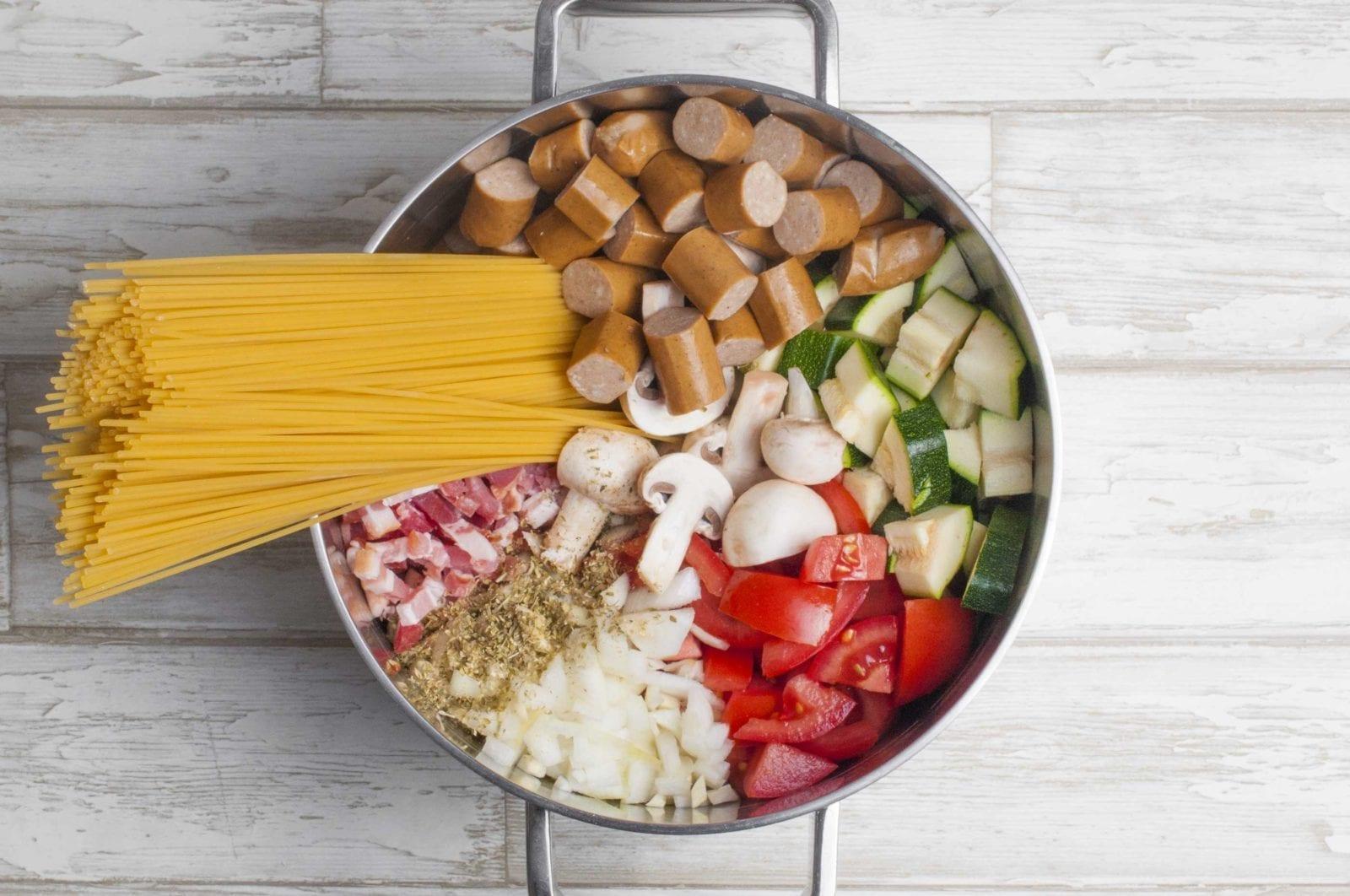 One pot pasta med bacon, pølser og grøntsager