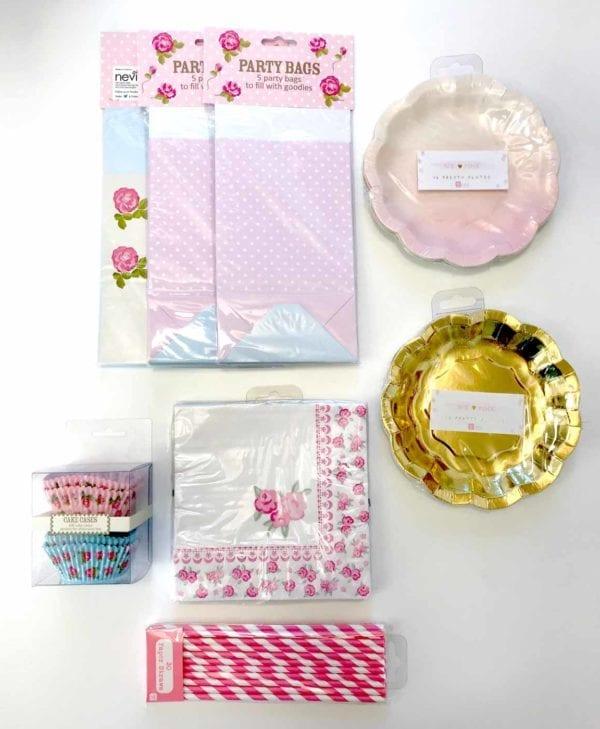 Perfekt sæt til pigefødselsdagen - slikposer, tallerkener, servietter, sugerør og kageforme til 15 personer