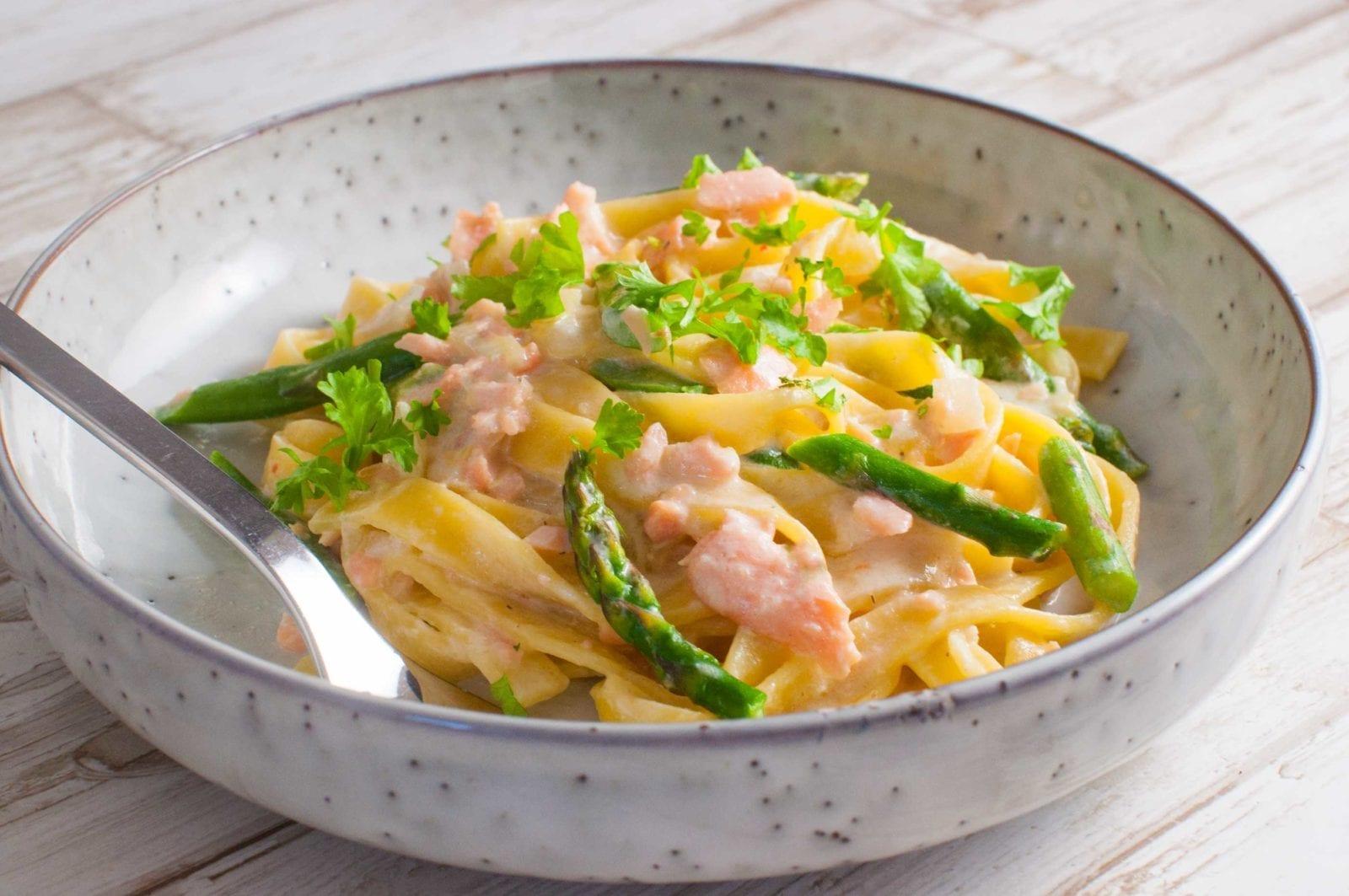 Cremet pasta med pikantost røget laks og asparges