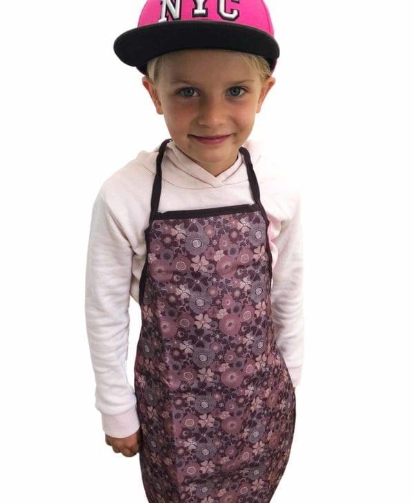 Pige med børneforklæde fra Smallstuff - aubergine med blomster