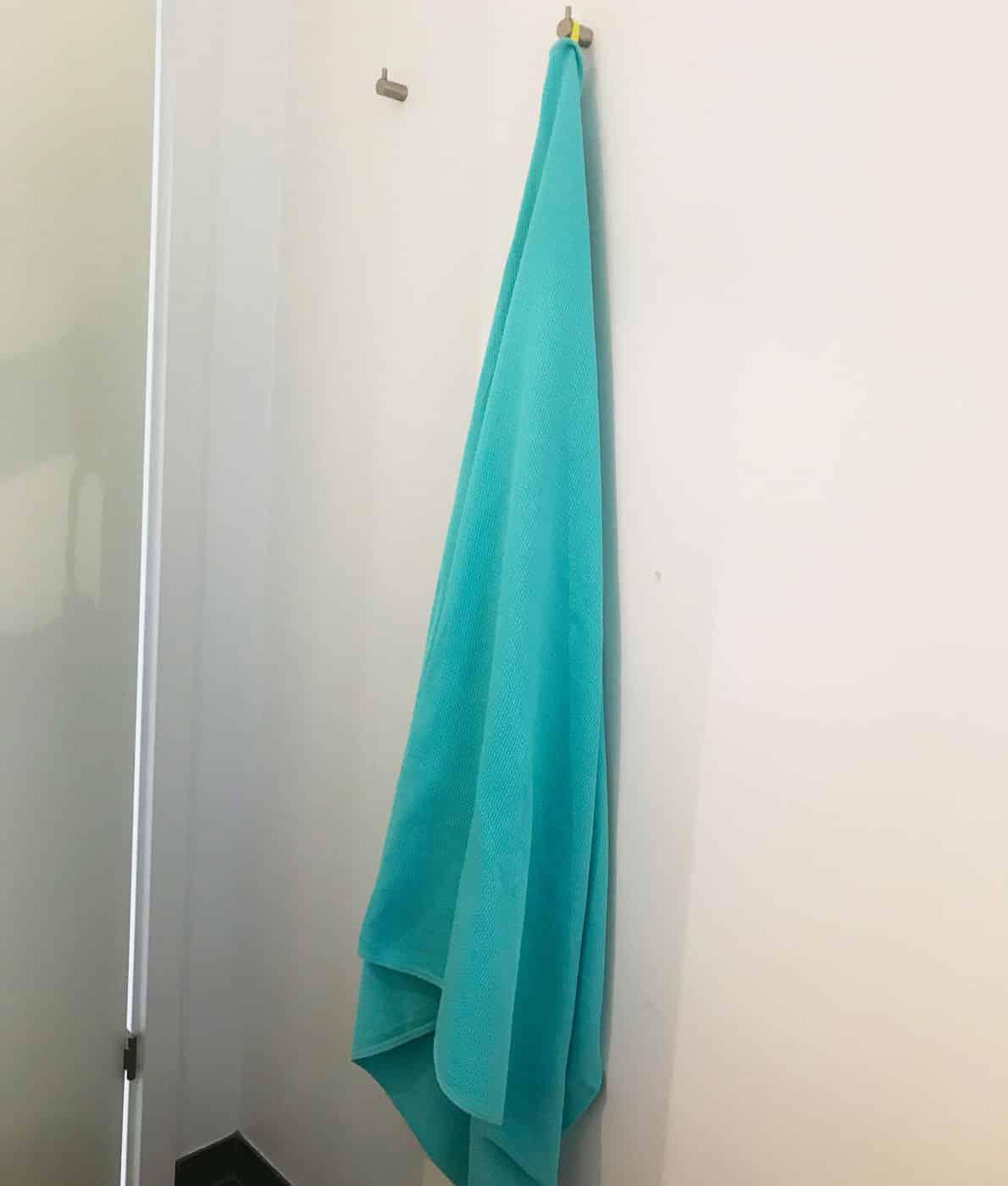Let og stort badehåndklæde i økologisk bomuld