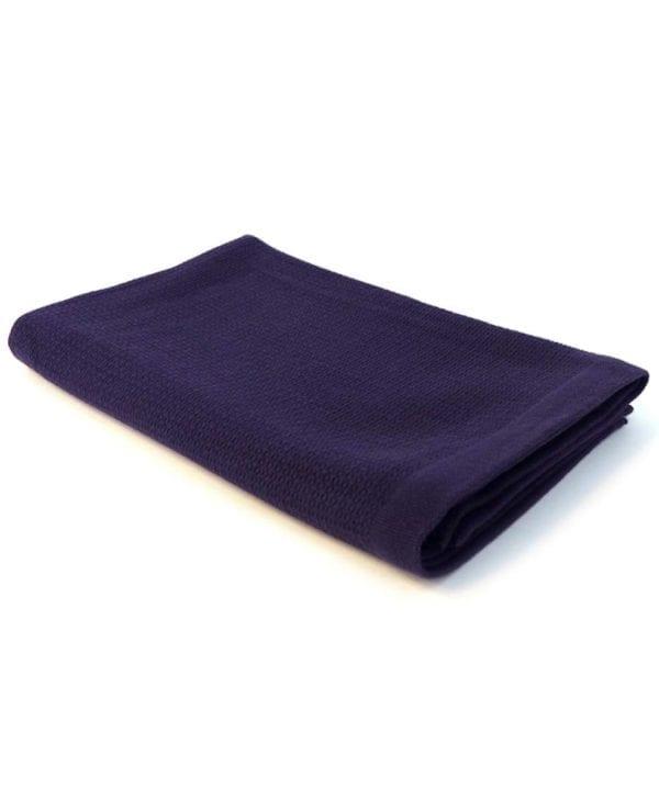 Stort mørkeblåt badehåndklæde i økologisk bomuld med strop på midten