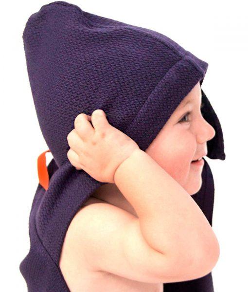 Fint-økologisk babyhåndklæde-i-mørkeblå-fra-Ekobo