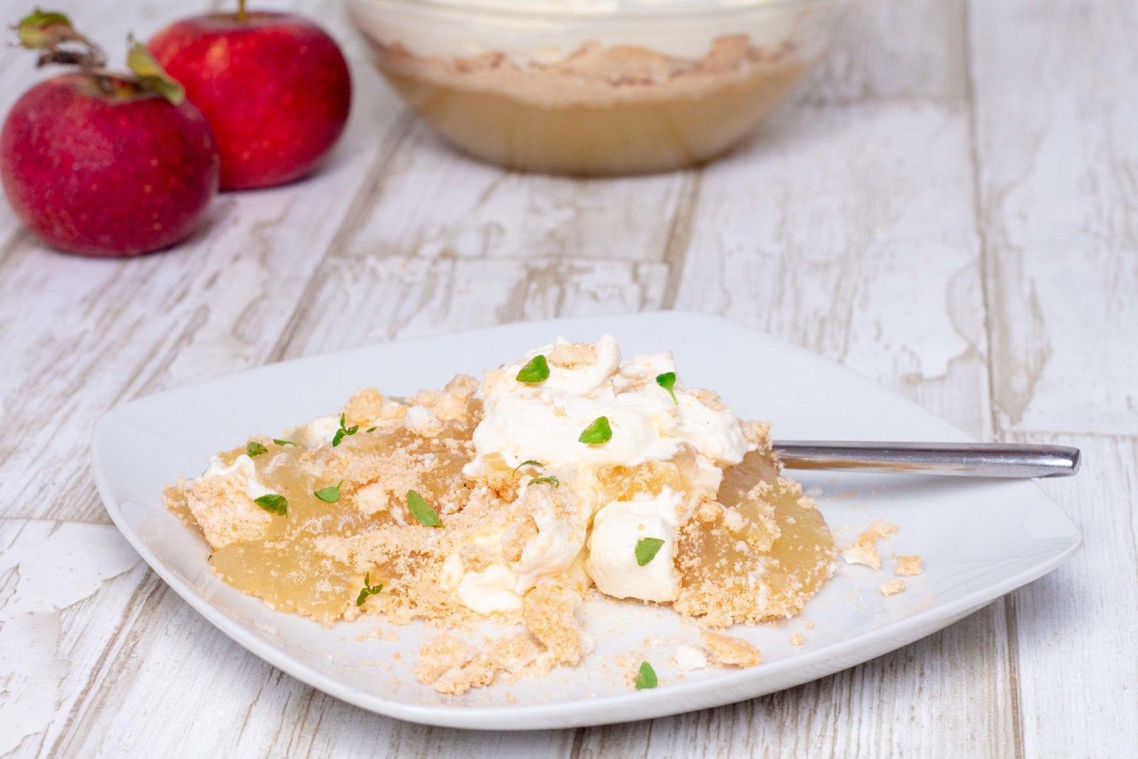 Trifli med æbler, makroner og flødeskum