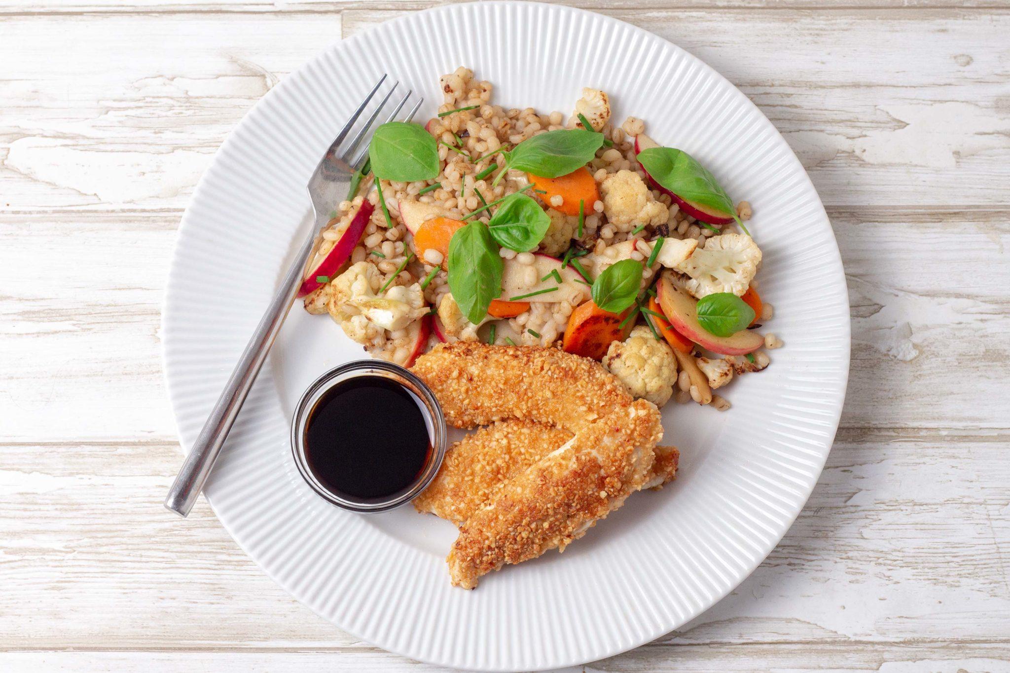 Peanutpaneret Kylling Med Stegte Ris Og Grøntsager