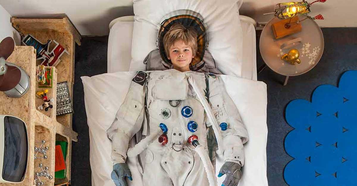 Snurk Facebook sengetøj junior - dreng i seng - astronaut