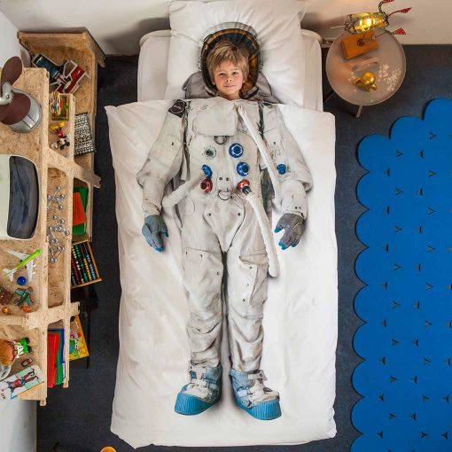 Snurk sengetøj junior - dreng i seng - astronaut