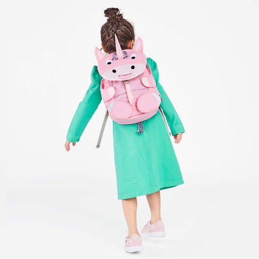 Sød pige med sin enhjørning Affenzahn rygsæk