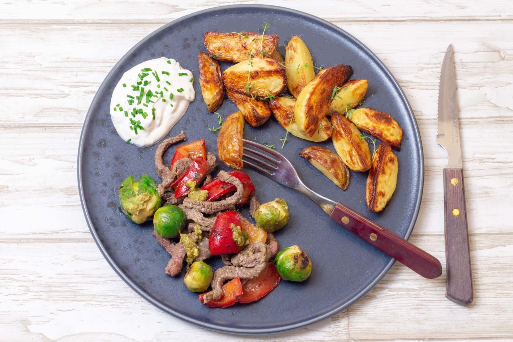 Kartoffelbåde Med Stegte Kødstrimler Og Grøntsager
