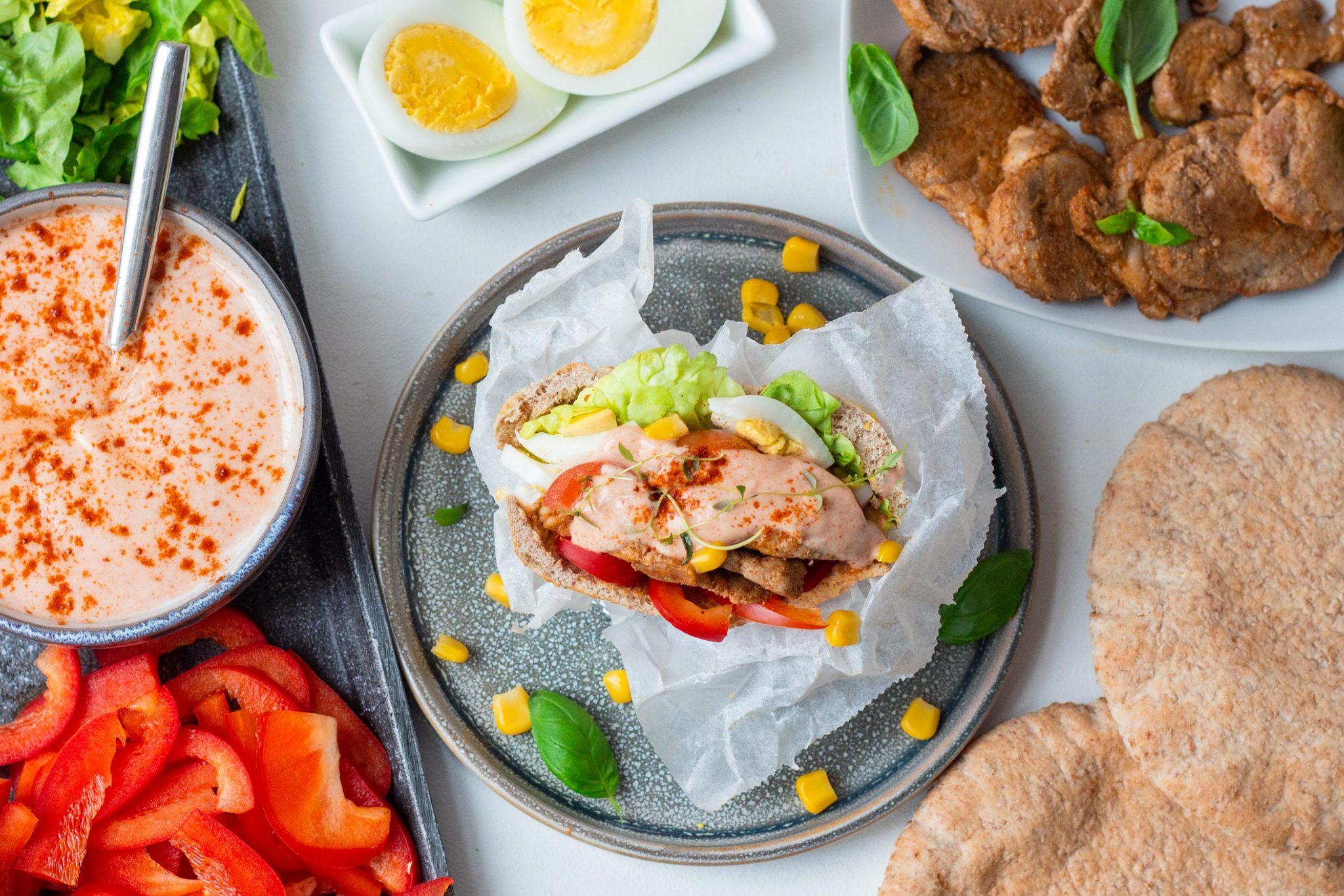 Pita med kyllingfilet, æg og grøntsager