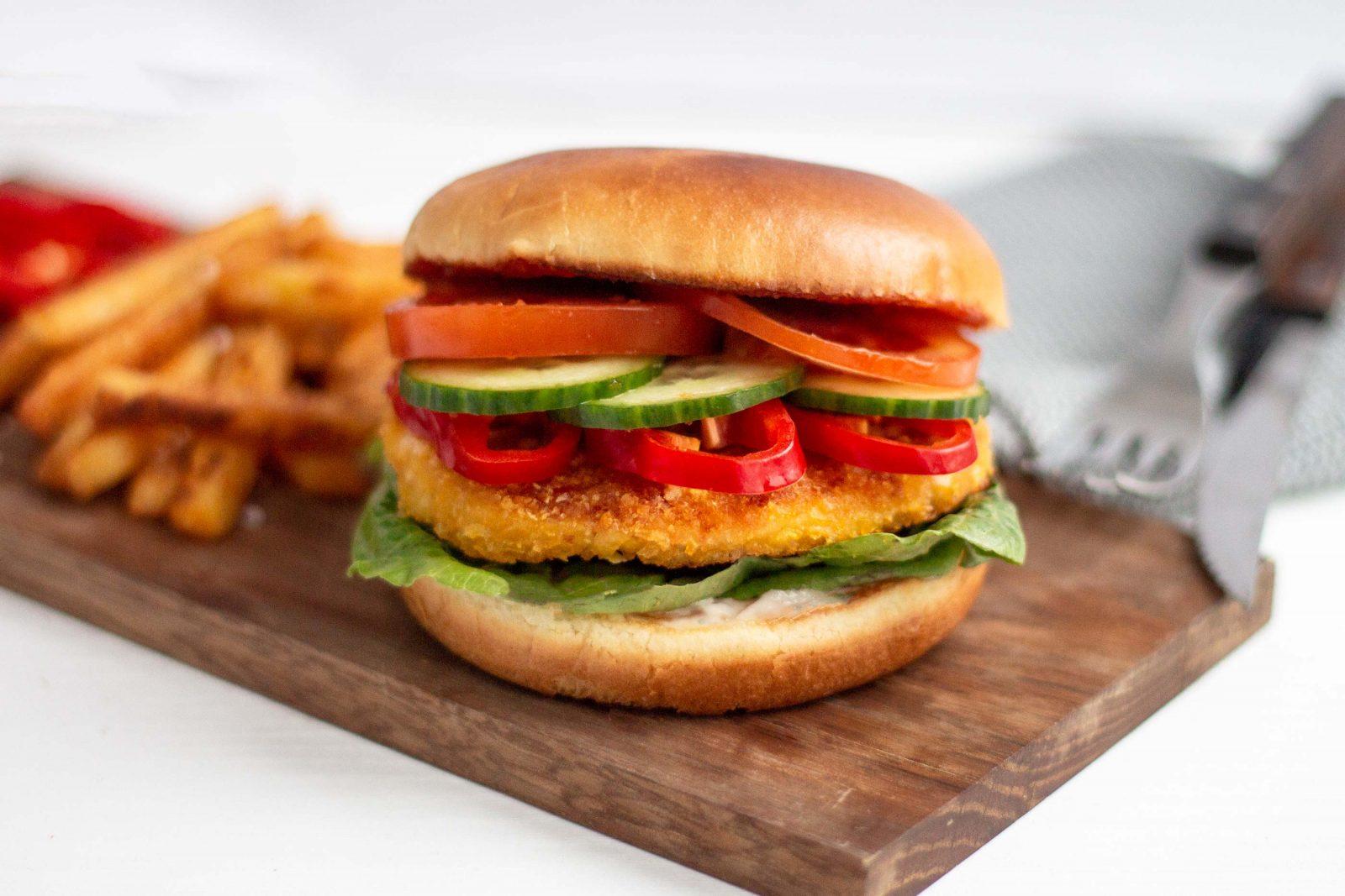 Burger med kyllingebøf, fritter og grønt